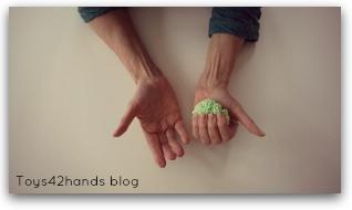 Els Rengenhart legt uit dat playfoam de vingers en handen activeerd