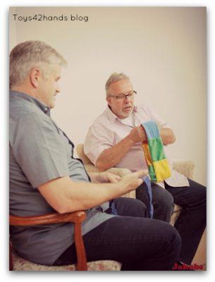 voelslang in actie, twee mannen spelen met de voelslangen, als voorbereiding op contact